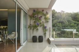 Sem espaço ou sistema de irrigação para fazer um jardim vertical? Uma solução pode ser cachepôs suspensos com plantas e flores que enfeitam o local, como no projeto de Laura Lopes Foto: Jomar Bragança