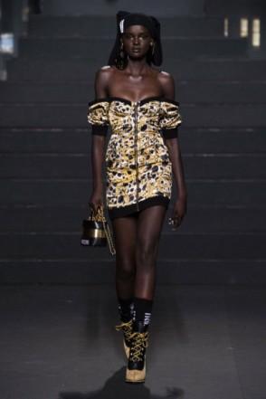 Duckie Toth, a modelo que é conhecida como a Barbie negra