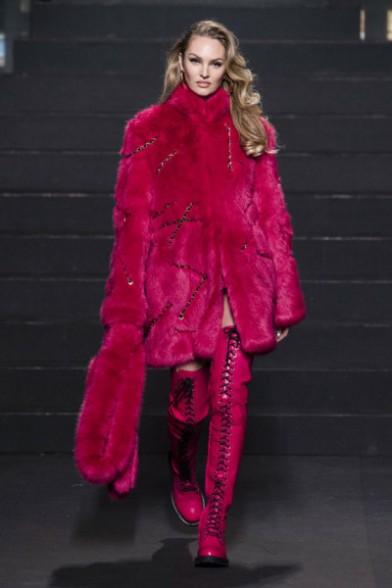 Candice Swanepoel - esse casaco de pelo rosa é babado, hein?